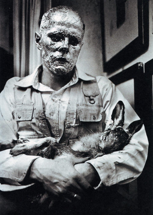 Joseph-Beuys-How-to-Explain-Pictures-to-a-Dead-Hare